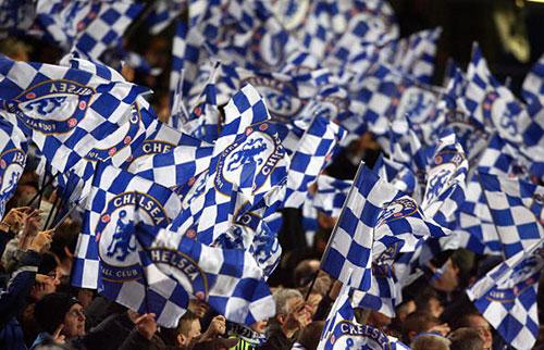 Армия фанов «Челси» поддерживает свою команду на домашней арене Стэмфорд Бридж. Ответный матч первого раунда плей-офф Лиги чемпионов между «Челси» и «Олимпиакосом». Фото: PAUL ELLIS/AFP/Getty Images