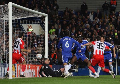 Саломон Калу из «Челси» (третий справа) забивает третий гол в ворота «Олимпиакоса». Стэмфорд Бридж, Лондон. Ответный матч первого раунда плей-офф Лиги чемпионов между «Челси» и «Олимпиакосом». Фото: Phil Cole/Getty Images