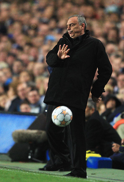 В тренера «Челси» Аврама Гранта чуть было не попали мячом. Стэмфорд Бридж, Лондон. Ответный матч четвертьфинала Лиги чемпионов между «Челси» и «Фенербахче». Фото: Jamie McDonald/Getty Images