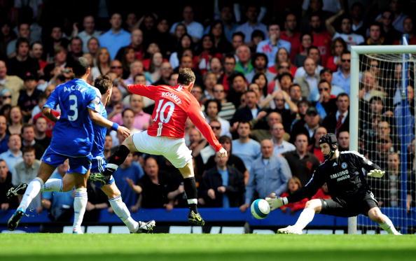 Уэйн Руни отправляет мяч мимо вратаря «Челси» Петра Чеха и сравнивает счет. Стэмфорд Бридж, Лондон. Матч между «Челси» и «МЮ», возможно, решивший судьбу чемпионства в английской Премьер-лиге. Фото: Shaun Botterill/Getty Images