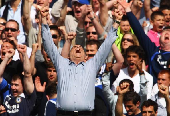 Тренер «Челси» Аврам Грант выражает свою радость после победы его команды над «МЮ» в этом важнейшем матче. Стэмфорд Бридж, Лондон. Матч между «Челси» и «МЮ», возможно, решивший судьбу чемпионства в английской Премьер-лиге. Фото: Mike Hewitt/Getty Images