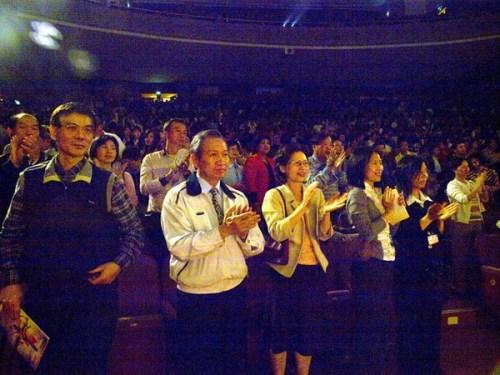 По окончании концерта труппы «Шень Юнь», восхищённые зрители аплодируют стоя. Город Чийи, Тайвань