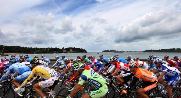 Участники многодневной велогонки «Тур де Франс» в ходе третьего этапа (равнинного, как и оба предыдущих) преодолели 208 км по маршруту Сен-Мало - Нант. Фото: Jasper Juinen/Getty Images