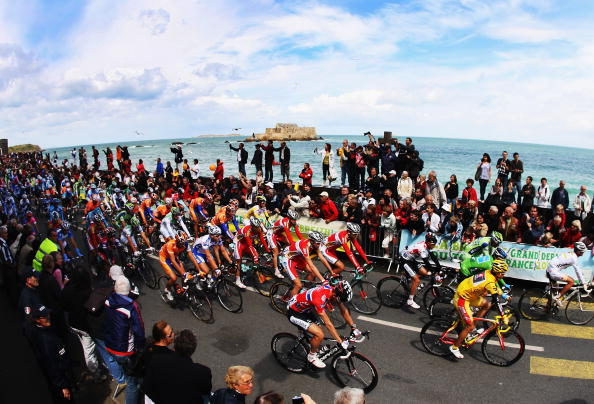 Участники многодневной велогонки «Тур де Франс» в ходе третьего этапа (равнинного, как и оба предыдущих) преодолели 208 км по маршруту Сен-Мало - Нант. Фото: Bryn Lennon/Getty Images