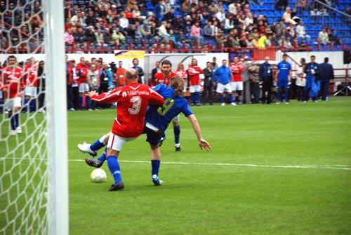 Звездный благотворительный футбольный матч состоялся 1 июня, в День защиты детей, на стадионе