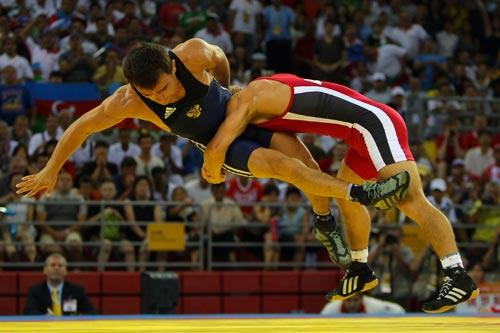 Назир Манкиев победил в финале соревнований по греко-римской борьбе и принес сборной России   золотую медаль на Олимпийских Играх в Пекине. Фото: VALERY HACHE/AFP/Getty Images