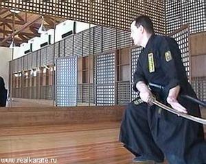 Плавно переведите меч назад, плоскость меча вертикально, режущей кромкой вниз. Левая рука располагается на задней стороне клинка. Фото: images.yandex.ru