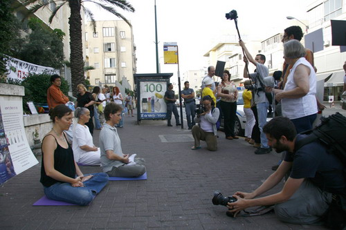 Демонстрация упражнений цигун, за которые преследуются практикующие Фалуньгун в Китае. Фото: Тиква Махабад/The Epoch Times