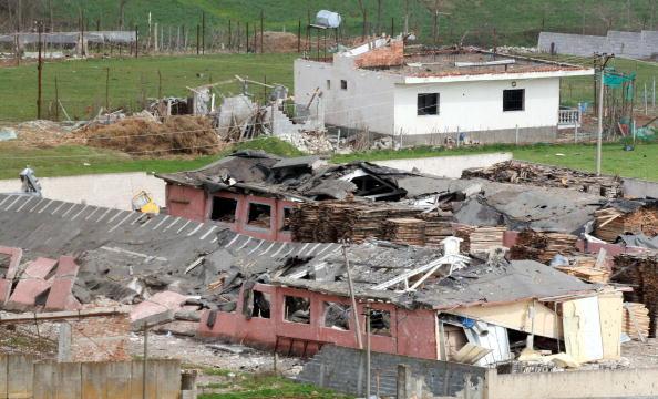 В Албании спасатели продолжали сегодня работать на месте трагедии в районе военной базы в 10 км от Тираны. Фото: STRINGER/AFP/Getty Images