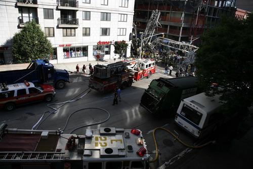 Подъемный кран падая, повредил жилой дом и пентхаус у самого основания здания. Фото: Behar/Getty Images