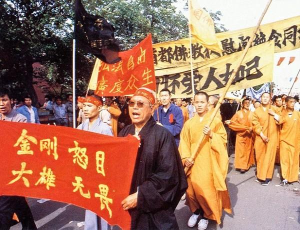 Монахи выражают поддержку демократическому движению студентов. Фото с epochtimes.com