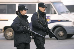 Китайская полиция, вооруженная автоматами со слезоточивым газом перед вокзалом в Пекине. Усиленное присутствие полиции должно предотвратить большие беспорядки. Фото: Peter Parks/AFP/Getty Images