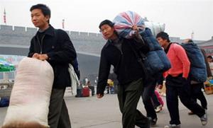 Лишившиеся работы приезжие крестьяне, возвращаются домой. Фото: AFP
