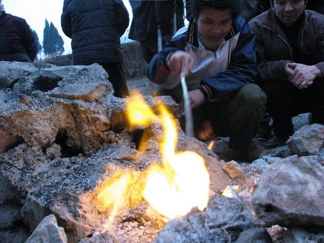 Таинственный подземный огонь в провинции Гуйчжоу. 27 февраля 2009 г. Фото: Великая Эпоха