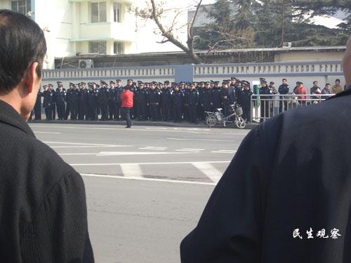 Местные власти прислали отряд полицейских для оцепления территории возле здания администрации провинции. Город Цзинань. 11 февраля. Фото: Civil Rights & Livelihood Watch