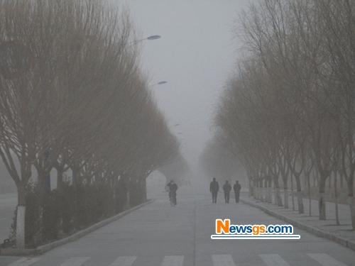 Северо-запад Китая охватили песчаные бури. 18 февраля. Провинция Ганьсу. Фото: Великая Эпоха.