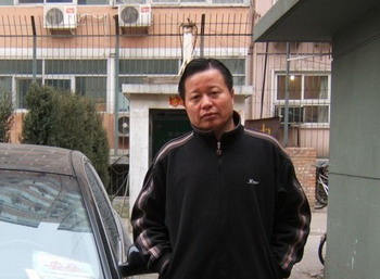 Адвокат Гао Чжишень возле своего дома. 2006 год. Фото: Великая Эпоха