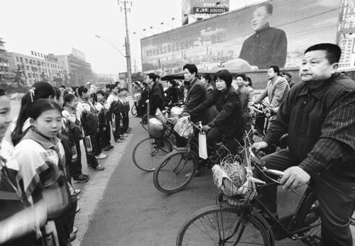 Школьников задействовали для регулирования дорожного движения. Фото: Великая Эпоха.
