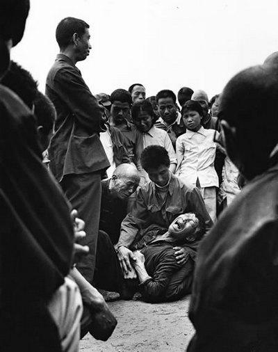 Грубый сельский начальник ударил крестьянина и тот упал на землю. Фото: Великая Эпоха.