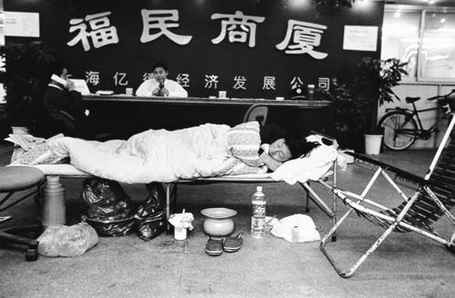 Протестующий против незаконного сноса своего дома, мужчина переехал жить в офис компании землевладельца. Фото: Великая Эпоха.