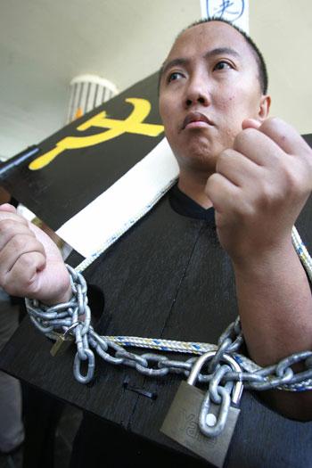 Из-за фабрикации лжи под названием «Самосожжение на площади Тяньаньмэнь» миллионы последователей Фалуньгун в Китае подверглись незаконному преследованию, включающему пытки и убийства. Фото: Getty Images