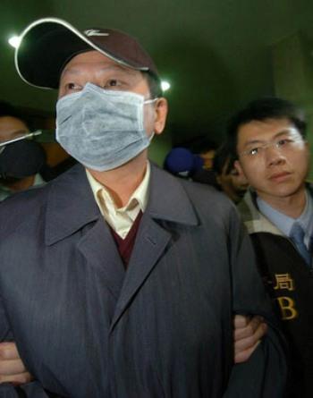Следователи прокуратуры арестовывают Ван Жэньбина, особого комиссара ведомства президента для допроса вечером 14 января. Фото: Zentralagentur Taiwan