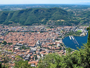 Также квадратная основа: город в Ломбардии - Комо. Фото Marco Vabanesi