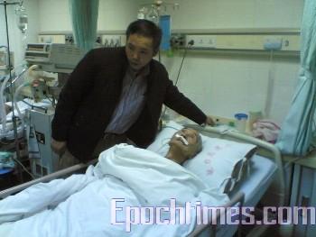 Хуа Хуэйчи в больнице возле кровати своего умирающего отца. Фото: The Epoch Times