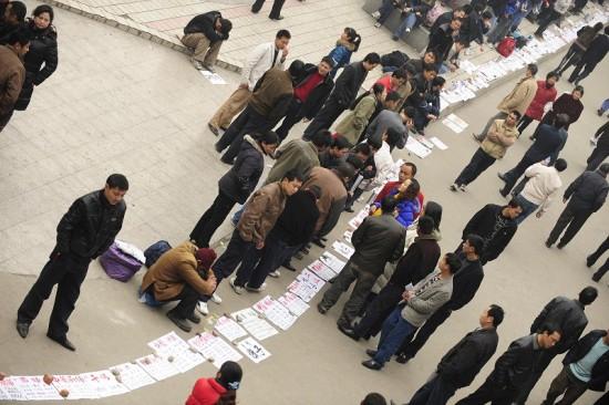 Длинные вереницы искателей работы на улицах г.Ченду провинции Сычуань. 5 февраля. Фото: PETER PARKS/AFP/Getty Images