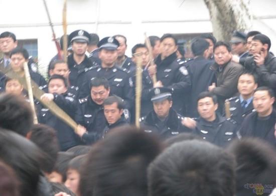 Тысячи людей окружили административное здание в уезде Дэцзян провинции Гуйчжоу. Фото: Великая Эпоха