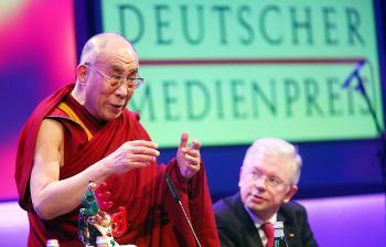 Тибетский духовный лидер Далай-лама получил премию немецкой прессы за 2008. Город Баден-Баден (Германия). 10 февраля. Фото: Getty Images