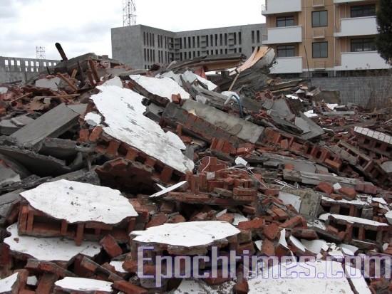 Дом сравняли с землёй, несмотря на протест его владельцев. Фото: The Epoch Times