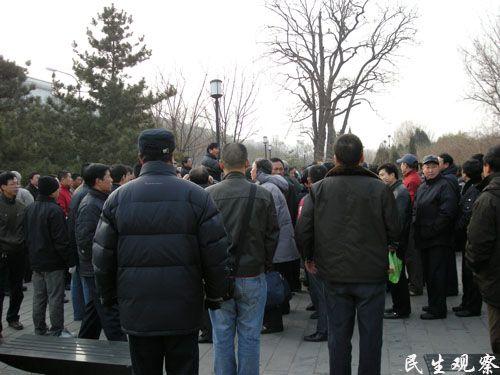 Более ста отставных военных приехали в министерство людских ресурсов и социальной защиты КНР в Пекине с обращением к чиновникам. Фото с epochtimes.com