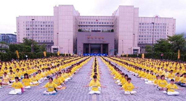 Около тысячи тайваньских последователей Фалуньгун напротив здания правительства выполняют упражнения, отмечая Всемирный День Фалунь Дафа. Тайбэй. 13 февраля 2006 г