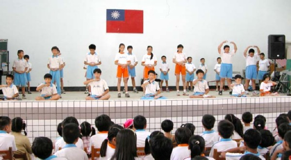 В одной из тайваньских школ дети на уроке физкультуры выполняют упражнения Фалуньгун