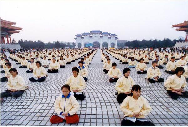 Коллективная практика на площади перед Мемориальным комплексом Чан Кай-ши