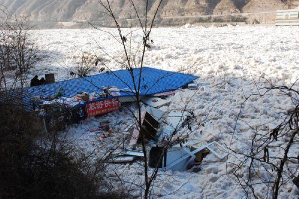 Кусками льда почти полностью засыпаны все общественные постройки. Фото с epochtimes.com