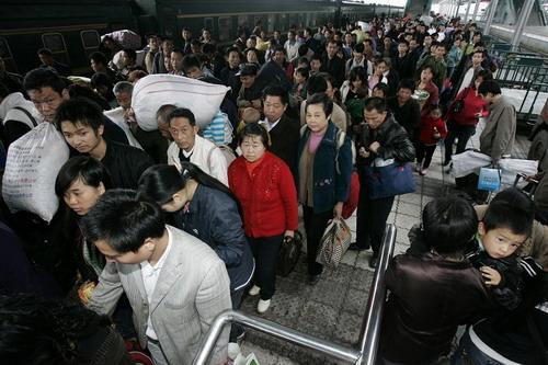 Многочисленные крестьяне, приехавшие в г.Чунцин на заработки возвращаются домой. Фото: The Epoch Times
