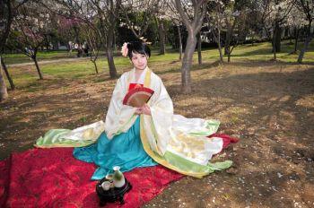 Модель в традиционном китайском (ханьском)  костюме, разработанном и изготовленном дизайнерами Сяо Сион и Цзя Тун. Фото: Великая Эпоха