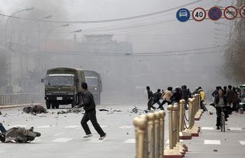 Во время массовых акций протеста в Тибете. Лхаса. 14 марта 2008 г. Фото: STR/AFP/Getty Images