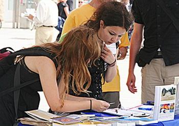 Тина Розе и Янина Люманн, две школьницы подписывают петицию, чтобы спасти людей в Китае и «освободить их» - как они сказали. Фото: The Epoch Times