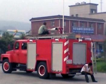 Пожарная полицейская машина напротив нанкинского университета ожидает приказа. Фото: RFA