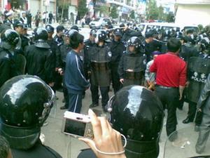 Для разгона крестьян, власти прислали вооружённых дубинками полицейских. Уезд Шисин провинции Гуандун. Фото: RFA