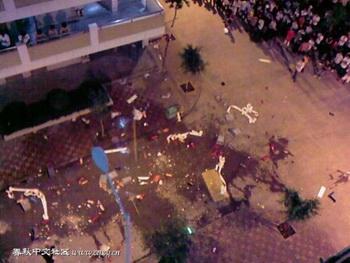 Фото с места событий. Асфальт возле общежития влажный от крови. Фото  epochtimes.com