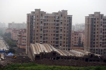 Примерно в 6 часов утра 27 июня в Шанхае рухнул 13-этажный дом. Фото с epochtimes.com