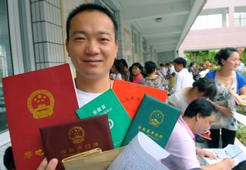 Китай стоит на первом месте в мире по числу выдаваемых документов и справок. Фото с epochtimes.com