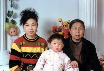 Автор книги «Стойкая трава на резком ветру» Чжун Фанчун, которую за практику Фалуньгун приговорили к 7 годам тюрьмы, со своей матерью и сыном. Фото: The Epoch Times