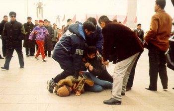 Полицейские агенты в Китае арестовывают последователей Фалуньгун прямо на улице. Фото с epochtimes.com