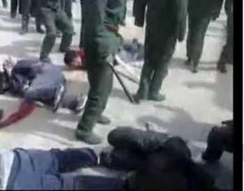 Кадр из документального фильма, показывающего жестокое отношение солдат КПК к тибетским гражданам