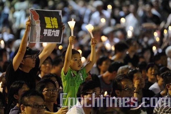 150 тысяч гонконгцев почтили память погибших 20 лет назад на Тяньаньмэнь.ФОТО:Ли Минь/ВЭ